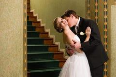 Поцелуй невесты и groom Стоковое фото RF