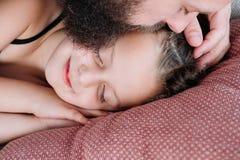 Поцелуй отца заботы предложения влюбленности семьи отцовства стоковые фото