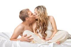 поцелуй пар кровати младенца совместно ждет детенышей Стоковые Изображения