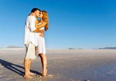 поцелуй пар пляжа Стоковая Фотография RF
