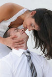 поцелуй groom невесты как раз пожененный к Стоковые Фотографии RF