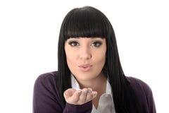 Поцелуи сексуальной кокетливой привлекательной шикарной женщины дуя Стоковое Фото