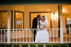 Поцелуй жениха и невеста Стоковое Изображение RF
