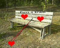 Поцелуй и объятие стенд стоковое фото rf