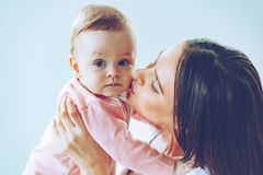 Поцелуй матери стоковая фотография