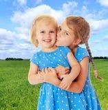 Поцелуй маленьких сестер стоковые изображения