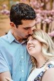Поцелуй на лбе к его подруге Стоковая Фотография