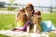 Поцелуй от счастливой семьи Стоковое Изображение