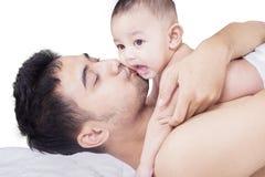 Поцелуй папы его маленький сын Стоковые Фотографии RF