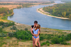 Поцелуй парня девушка на предпосылке красивого пейзажа Стоковое Изображение