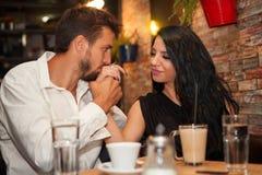 Поцелуй парня и рука владением его подруги Стоковое фото RF
