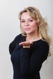 Поцелуй элегантной женщины дуя Стоковая Фотография