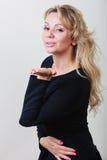 Поцелуй элегантной женщины дуя Стоковые Фото