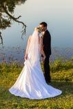 Поцелуй Groom невесты свадьбы романтичный Стоковое Изображение RF