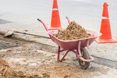 Почва в вагонетке конструкции на строительной площадке Стоковая Фотография