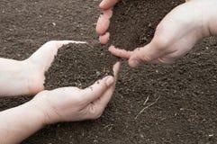 Почва в руках Стоковые Фото
