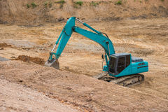 Почва и песок голубого backhoe копая экскаватором Стоковое Изображение