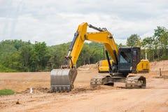 Почва и песок желтого backhoe копая экскаватором Стоковое Фото