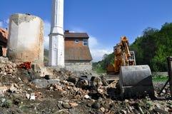 Почва и песок экскаватора moving на строительной площадке Стоковое Изображение