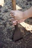 Почва раскопок используя лопаткоулавливатель стоковое фото