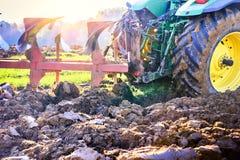 Почва старого трактора паша в аграрном поле Стоковые Фото