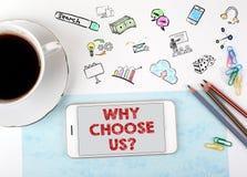 Почему выберите нас Мобильный телефон и кофейная чашка на белом столе офиса стоковые фото