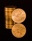 почерните золото монетки одно отражение унции стоковое изображение