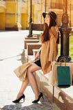 почерните покупку пятницы Привлекательная и жизнерадостная девушка идя город с покупками женщина ног принципиальной схемы мешка п Стоковые Изображения