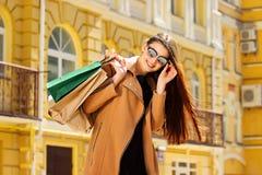 почерните покупку пятницы Привлекательная и жизнерадостная девушка идя город с покупками женщина ног принципиальной схемы мешка п Стоковое Изображение RF