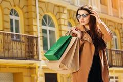 почерните покупку пятницы Привлекательная и жизнерадостная девушка идя город с покупками женщина ног принципиальной схемы мешка п Стоковая Фотография