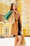почерните покупку пятницы Привлекательная и жизнерадостная девушка идя город с покупками женщина ног принципиальной схемы мешка п Стоковое фото RF