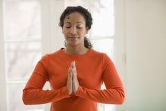 почерните практикуя милую йогу женщины Стоковые Фотографии RF
