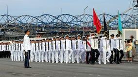почетность предохранителя контингентов маршируя в прошлом Стоковое фото RF