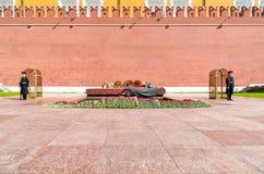 Почетный караул около вечного военного мемориала пламени в саде Alexanders в Москве Стоковые Изображения RF