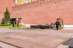 Почетный караул около вечного военного мемориала пламени в саде Alexanders в Москве Стоковые Фотографии RF