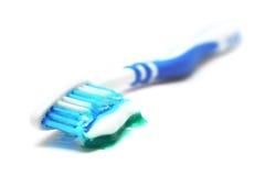 почистьте зубную пасту щеткой Стоковое Фото