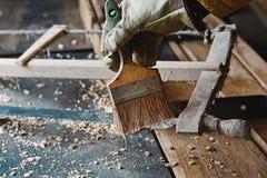 Почистьте процесс от пороха и сети, деревянный planer и shavings щеткой на мастерской плотников, старом инструменте woodworking,  Стоковые Фотографии RF