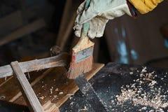 Почистьте процесс от пороха и сети, деревянный planer и shavings щеткой на мастерской плотников, старом инструменте woodworking,  Стоковые Изображения