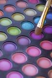 Почистьте щеткой и составьте тени для век Стоковые Фото