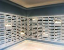 Почта кладет почтовый угол в коробку в квартире Стоковое Изображение