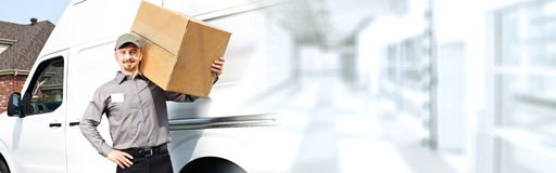 Почтальон поставки с коробкой стоковые изображения rf