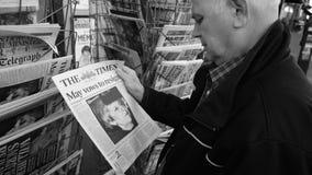 Почта Brexit прессы киоска газеты прессы приобретения старшего человека ежедневная акции видеоматериалы