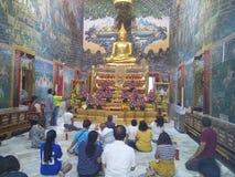 Почтение оплаты буддистов к изображению Будды стоковые изображения rf