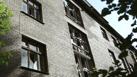 Почти обрушенный и загубленный городской квартал Полу-загубленные здания в гетто Получившееся отказ здание Картина вандализма Сло сток-видео