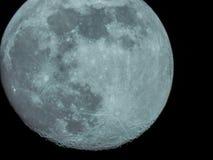 Почти полнолуние в ночном небе стоковая фотография rf