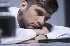 Почти спящ на его столе Стоковая Фотография RF