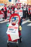 Почти 10,000 Santas принимать Babbo бежать в милане, Италии Стоковая Фотография