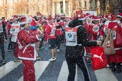 Почти 10,000 Santas принимать Babbo бежать в милане, Италии Стоковые Изображения RF
