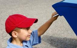 почтовая отправка письма мальчика стоковое фото rf
