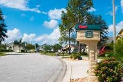Почтовый ящик в американском neighbrohood среднего класса в дне лета солнечном с спокойной сиротливой улицей Стоковое Изображение RF